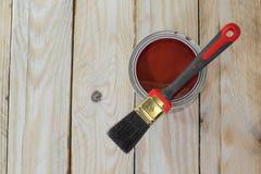Hölzernes Brett mit einer Dose Farbe bevor dem Malen lizenzfreie stockbilder
