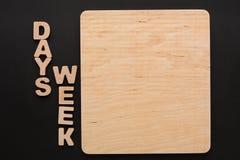 Hölzernes Brett mit Wochen-Tageszeichen Stockbild