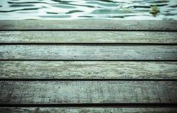 Hölzernes Brettmuster mit Wasseroberfläche Lizenzfreie Stockbilder