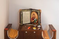 Hölzernes Buch mit Ikone von Jungfrau Maria und von Kerzen lizenzfreies stockfoto