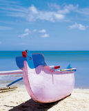 Hölzernes buntes Boot auf dem Strand Lizenzfreie Stockbilder