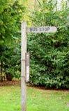 Hölzernes Busstoppschild lizenzfreie stockfotografie