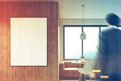 Hölzernes Café mit einem Sofa, Mann Lizenzfreie Stockfotos