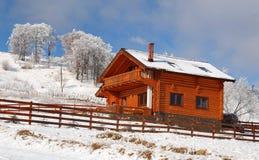 Hölzernes Chalet in gefrorener Landschaft stockfotografie