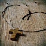 Hölzernes christliches Kreuz lizenzfreies stockfoto