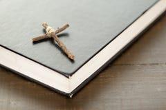 Hölzernes christliches Kreuz auf der Bibel Stockfotos