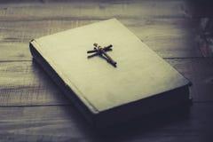 Hölzernes christliches Kreuz auf der Bibel Lizenzfreie Stockbilder
