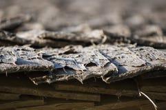Hölzernes Dach der Espe verschalt für Blockhaus im Sonnenlicht Lizenzfreies Stockbild