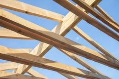 Hölzernes Dach mit der Dachsparrenartgestaltung Stockbild