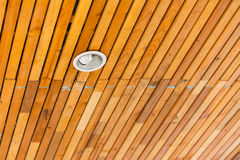 Hölzernes Dach mit downlight für Innenraum, Weichzeichnung Lizenzfreies Stockfoto