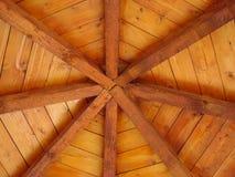 Hölzernes Dach mit Radialstrahlen Stockfoto