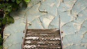 Hölzernes Dach-Muster mit der Schale der weißen Farbe auf rauem gemaltem Te stockfoto