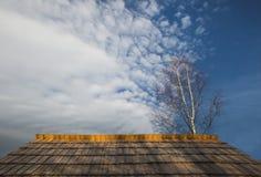 Hölzernes Dach und blauer Himmel Lizenzfreies Stockfoto
