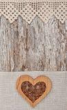 Hölzernes dekoratives Herz auf dem Spitzegewebe und dem alten Holz Lizenzfreies Stockbild