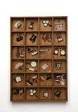 Hölzernes dekoratives Wandregal mit keramischen Gegenständen Lizenzfreie Stockfotos