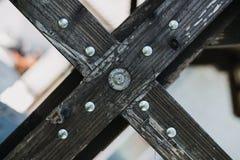 Hölzernes Detail mit Schrauben Stockfotos
