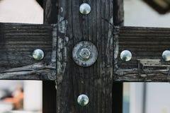 Hölzernes Detail mit Schrauben Stockbild
