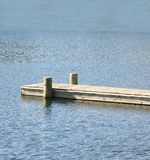 Hölzernes Dock auf Blau Stockbilder