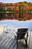 Hölzernes Dock auf Herbstsee Stockbilder