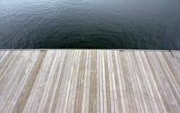 Hölzernes Dock auf See Lizenzfreies Stockfoto