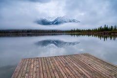 Hölzernes Dock an den Vermillion Seen, Banff Nationalpark, Alberta, C stockfotografie