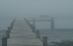 Hölzernes Dock im Nebel Lizenzfreie Stockfotografie