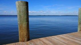 Hölzernes Dock in Meer Lizenzfreie Stockfotografie