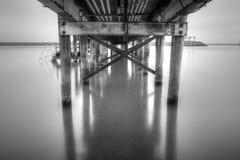 Hölzernes Dock mit Metalldem abstützen Lizenzfreie Stockfotografie
