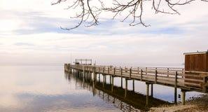 Hölzernes Dock mit Vögeln während der Wintersaison stockfoto