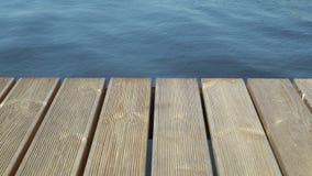 Hölzernes Dock oder Pier in einem See vom pov vom Ufer stock footage