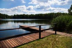 Hölzernes Dock/Pier auf einem See Stockbild
