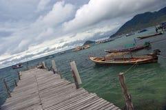 Hölzernes Dock und Boote Stockbild