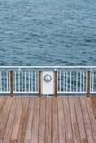 Hölzernes Dock und Geländerdocke Stockbild