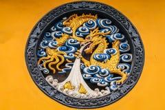 Hölzernes Dragon Panel in Jing An Tranquility Temple - Shanghai, China lizenzfreies stockbild