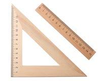 hölzernes Dreieck mit dem hölzernen Machthaber lokalisiert auf weißem Hintergrund Beschneidungspfad eingeschlossen lizenzfreie stockfotografie