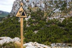 Hölzernes dreieckiges Zeichen, das über Absturzgefahr warnt Lizenzfreies Stockfoto