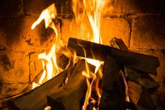 Hölzernes in einem gemütlichen Kamin zu Hause brennen, halten warm lizenzfreies stockbild