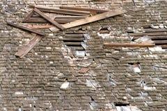 Hölzernes Erschütterungsschindeldach, das auseinander fällt stockfoto