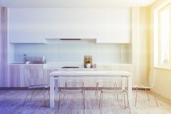 Hölzernes Esszimmer und Küche getont Stockfotografie