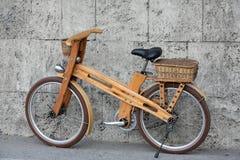 Hölzernes Fahrrad stockfotografie