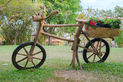 Hölzernes Fahrrad mit Kasten der Blume Lizenzfreie Stockbilder