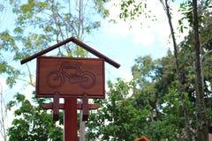 Hölzernes Fahrrad unterzeichnen herein den Park Stockfotografie