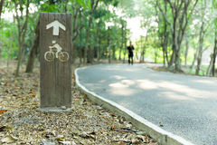 Hölzernes Fahrrad Verkehrsschild herein den Park Stockfotografie