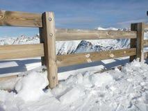 Hölzernes fance in den Alpen Stockbilder
