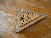 Hölzernes Farbmatch-Dreieckpuzzlespiel lizenzfreies stockbild