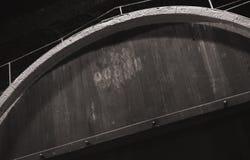 Hölzernes Fass der Weinlese in der dunklen Weinkellerei Stockbilder