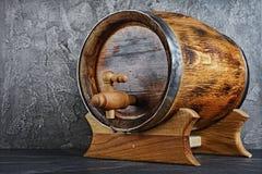 Hölzernes Fass der Weinlese mit Hahn im dunklen Keller lizenzfreie stockfotografie
