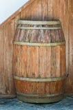 Hölzernes Fass für Wein mit Stahlring. Beschneidungspfad eingeschlossen. Stockfoto