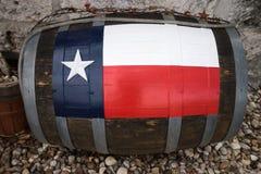 Hölzernes Fass mit gemalter Texas-Flagge Stockfotos
