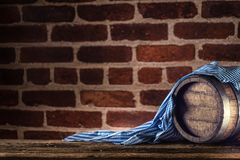 Hölzernes Fass Oktoberfest und blaue Tischdecke auf rustikalem eichenem Tisch stockfotografie